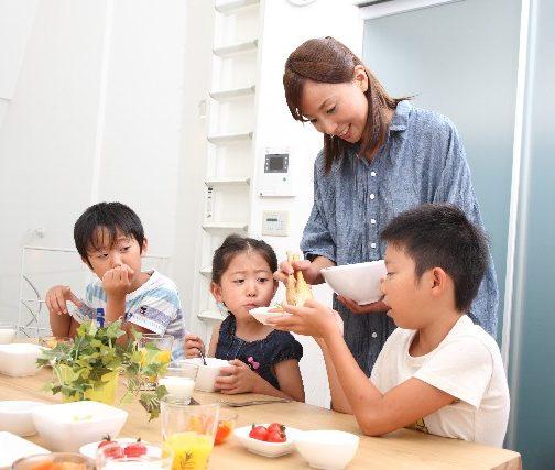 子供と一緒の食事風景